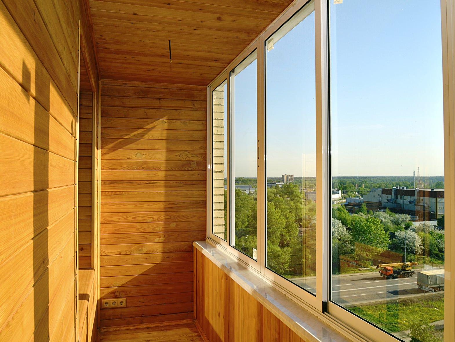 obshivka-balkona-derevom